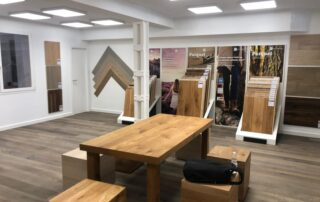 mesa-madera-showroom-dekinsa